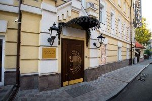 hotel entrance Senator Maidan