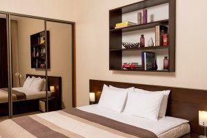кровать в номере отеля Senator